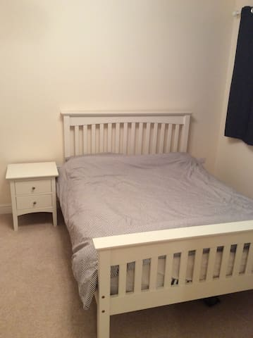Spacious double room with ensuite bathroom - Caldicot