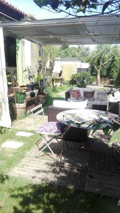 Vue du jardin sur la terrasse