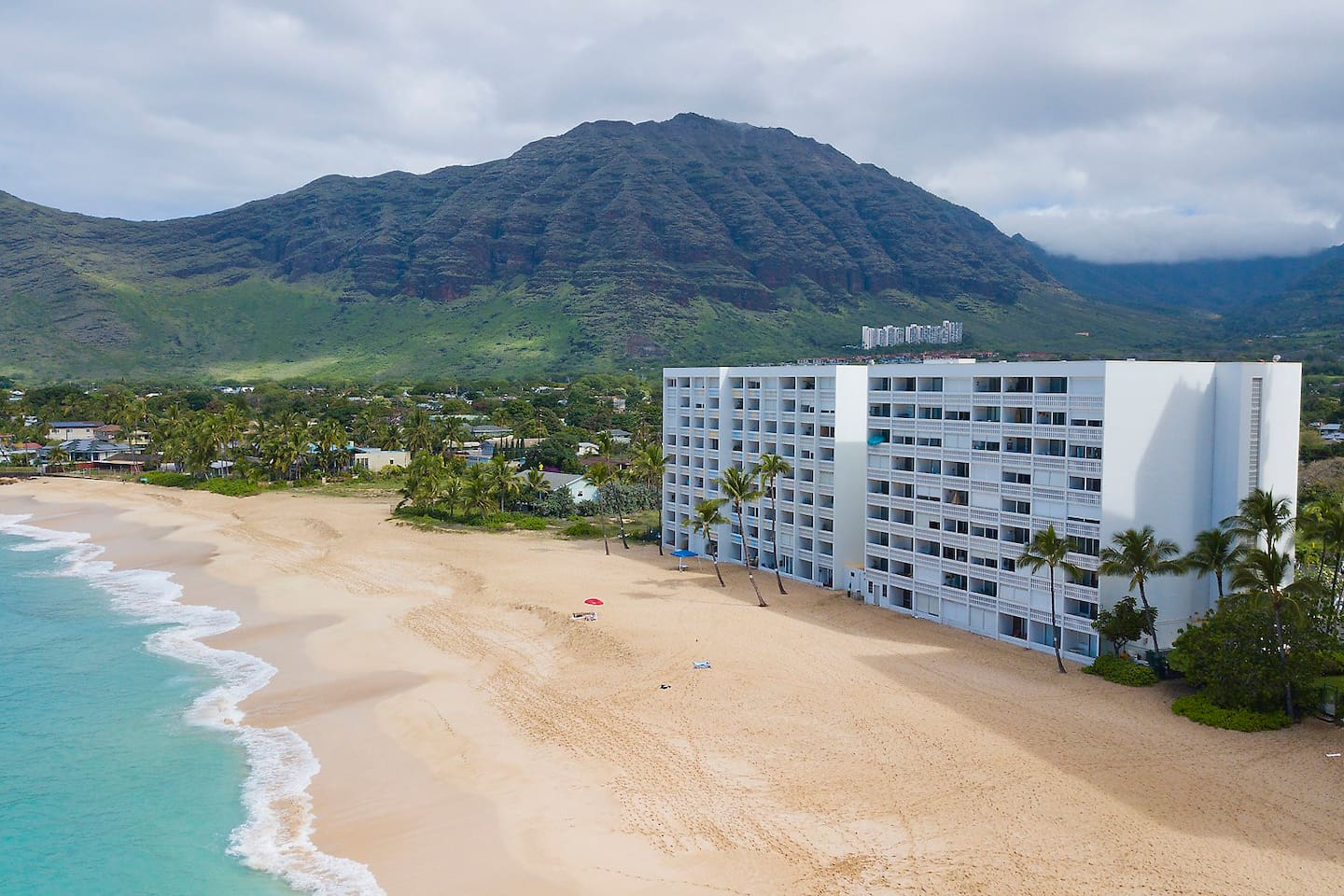 This condo is located on the beach of Turtle Cove and surrounded by Makaha Valley