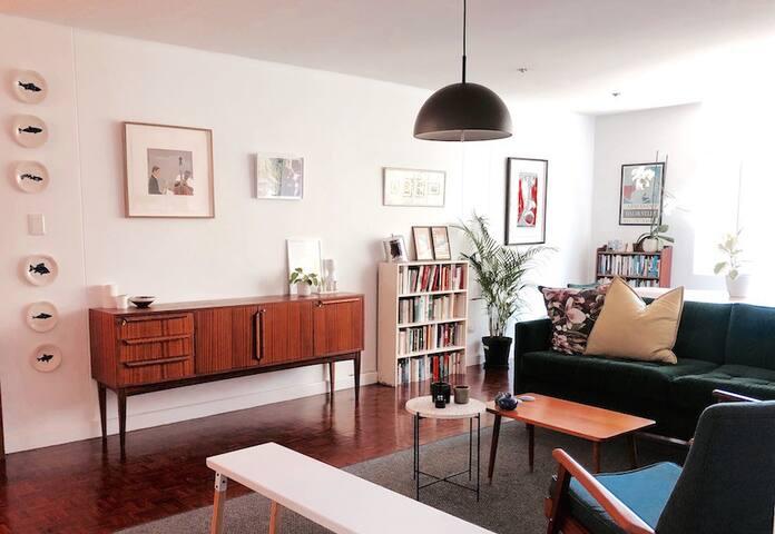 Stylish, light 1 bedroom in safe, central Illovo