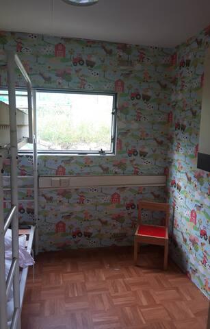 Chambre enfants avec lit superposé, jeux.