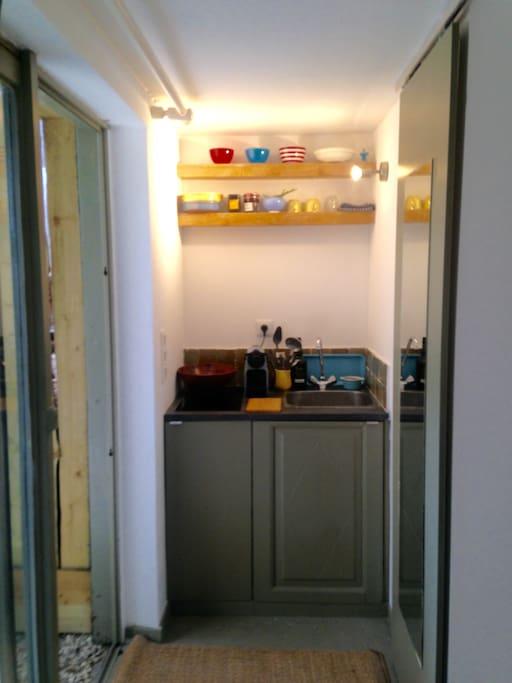 Cuisine, ustensiles de bases, plaques et frigo