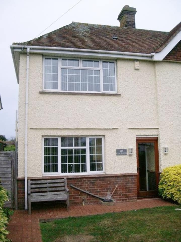 2 bed house, exclusive use. 3 mins walk to sea.