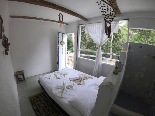 A: Habitación doble con baño privado.