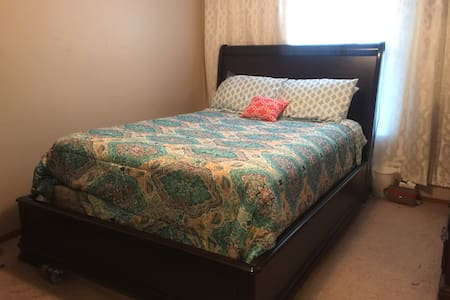 Queen Private Room, Travel RNs, Lovely Nixa