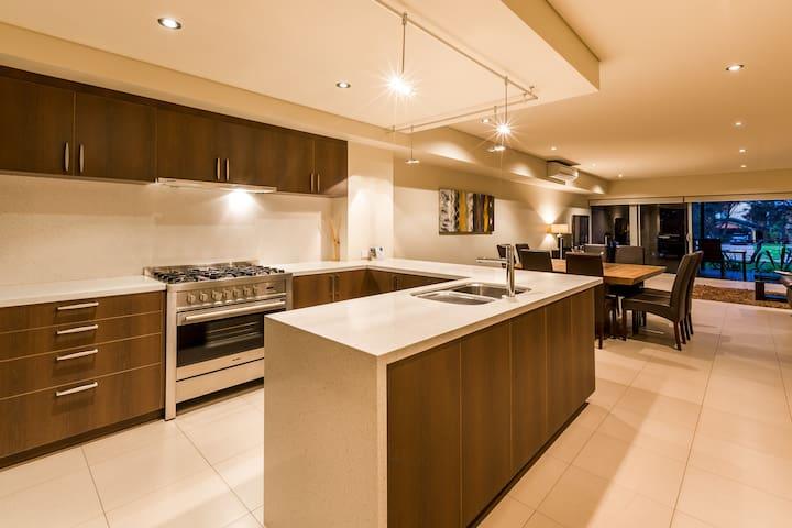 Deluxe 4 bedroom 3.5 bathroom Resort Apartment - Dunsborough - Leilighet