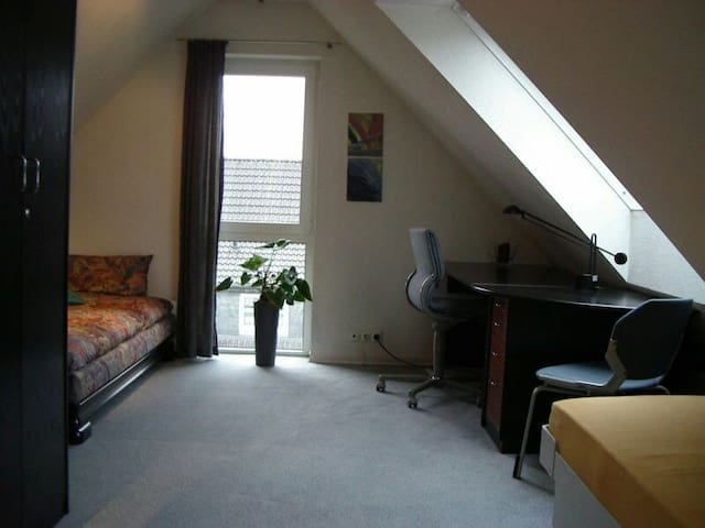 1 Room Zimmer 10 min to Messe Fair - Hannover  - House