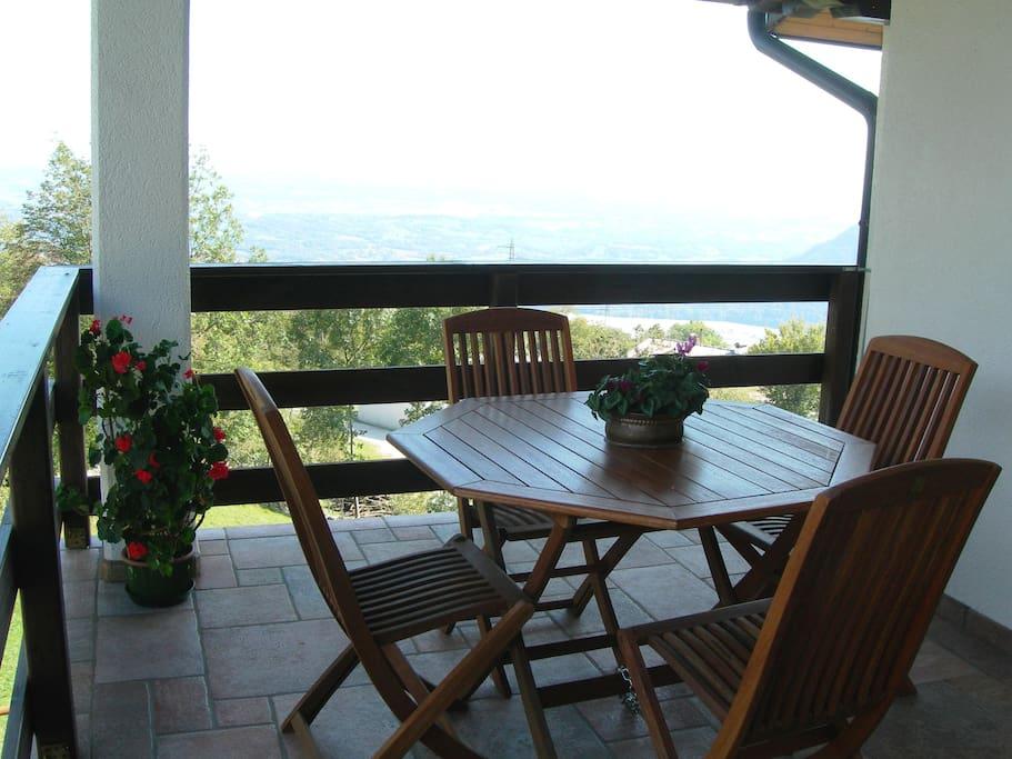 Tavolo nel terrazzo