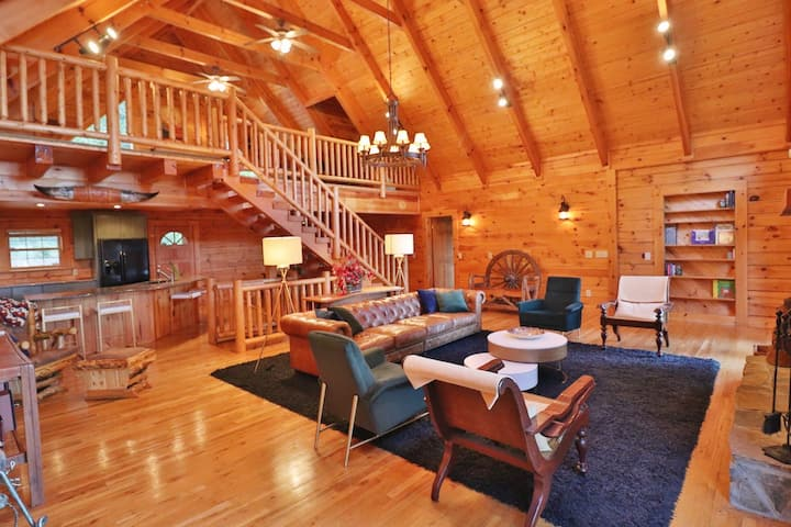 Mountain Gem: Hot Tub, Fire Pit, Private Lodge