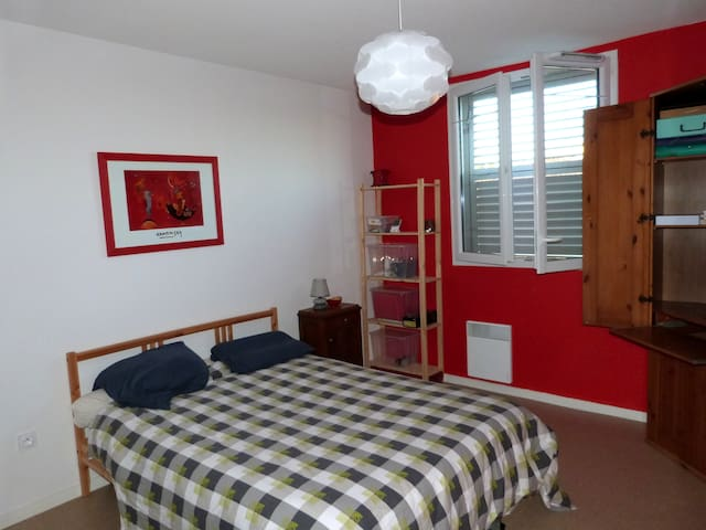 Sleep in a great red bedroom - Cadillac - Huis