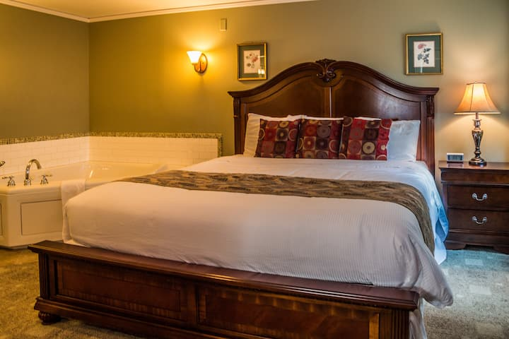 Cranmore Inn B&B Deluxe Jacuzzi Suite w/Fireplace