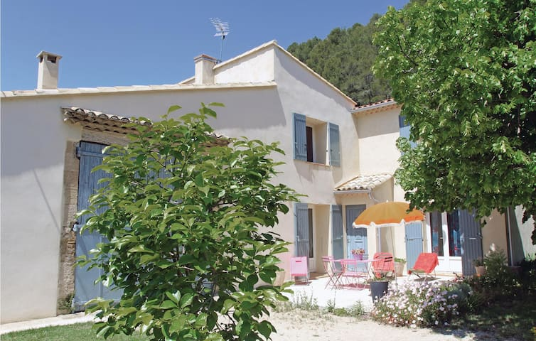 Holiday cottage with 2 bedrooms on 90m² in Merindol
