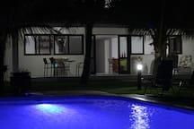 Área da piscina iluminada com LED.