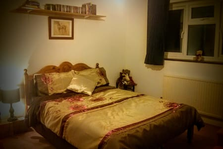 Cosy double room in rural Surrey - Witley