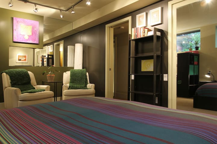 Beautiful Large Room in Designer's Inner City Home - Calgary - Talo