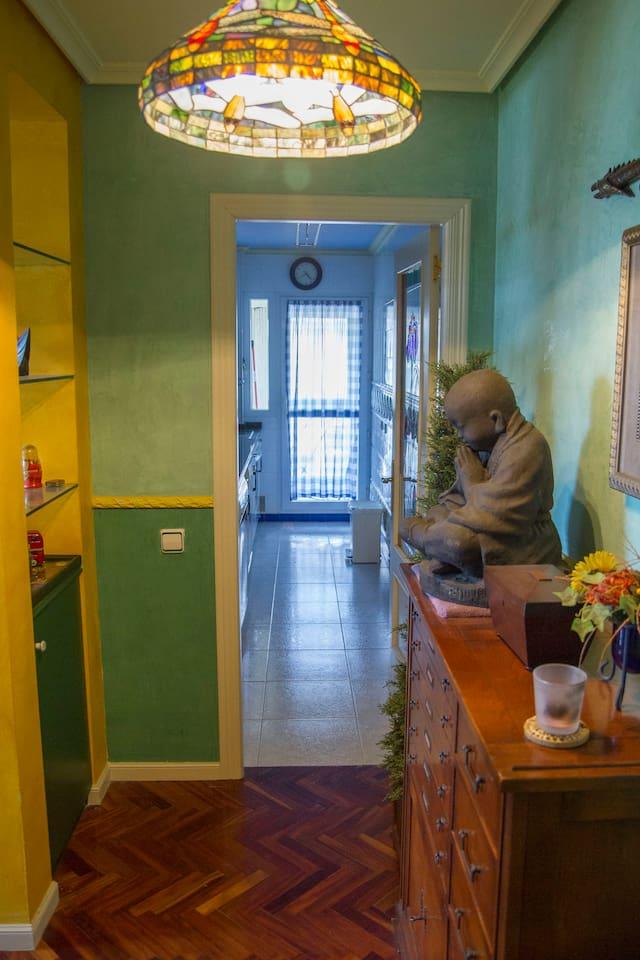 Entrada del apartamento, un monje shaoli en lava se fusiona con lámpara art decó y el mueble de oficio francés se apoya en una pared de tratamiento especial, te aconsejo que pasas tu mano sobre ella, parece cristal!!