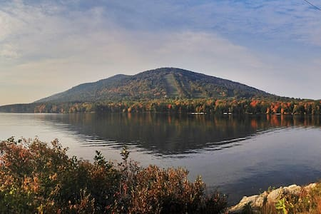 Home nestled between lake and Shawnee Peak - Bridgton - Casa