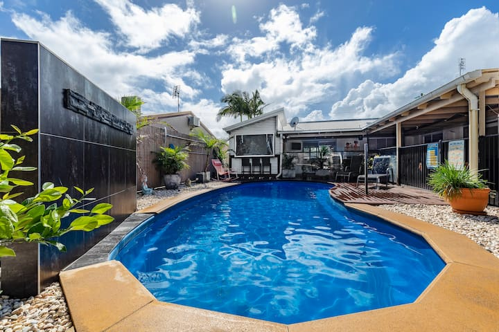 4 bedroom home sleeps 9. Mooloolaba Beach