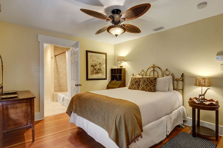 NO CLEANING FEE Zoo Room - Hillcrest House Bed & Breakfast