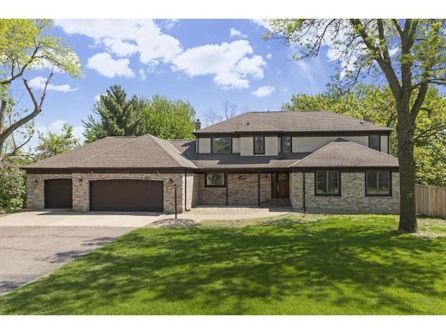 5 Bedroom Private North Oaks Home w/ Heated Pool