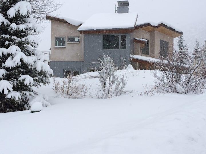 Quiet bdrm in Strawbale home