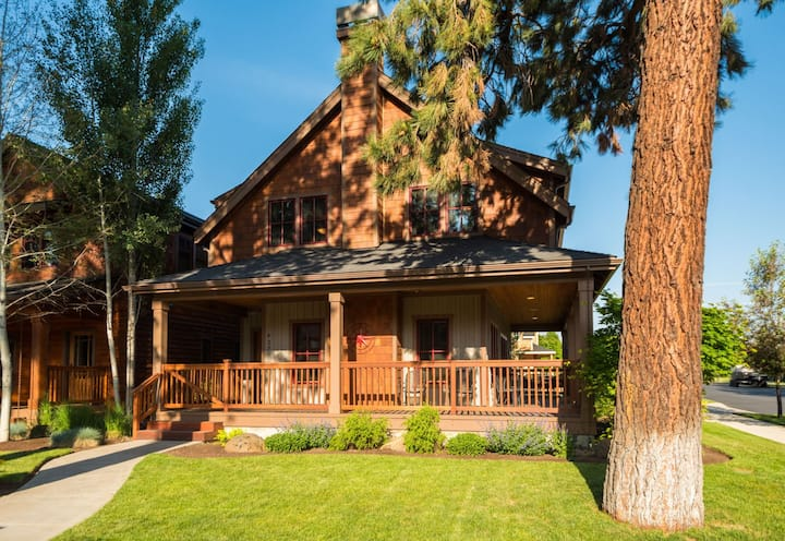 Pine Haven - Walk to everything in Sisters from this spacious Sisters Vacation home in Pine Meadow Village. Sleeps up to 6 and includes free access to PMV amenities, including seasonal pool and hot tub short walk