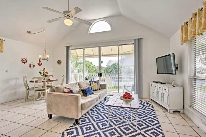 Destin Cottage w/ Balcony - Walk to Crystal Beach!