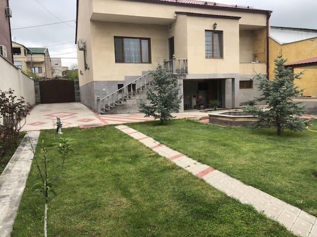 Красивый дом, сад , басеин и летняя кухня!