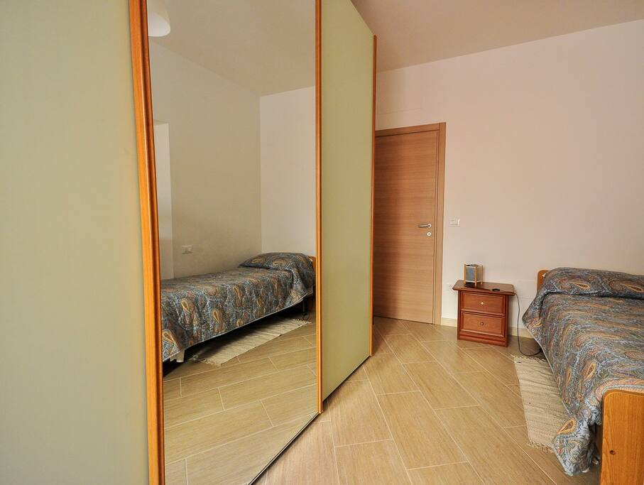 Cameretta con un letto singolo e un letto a castello