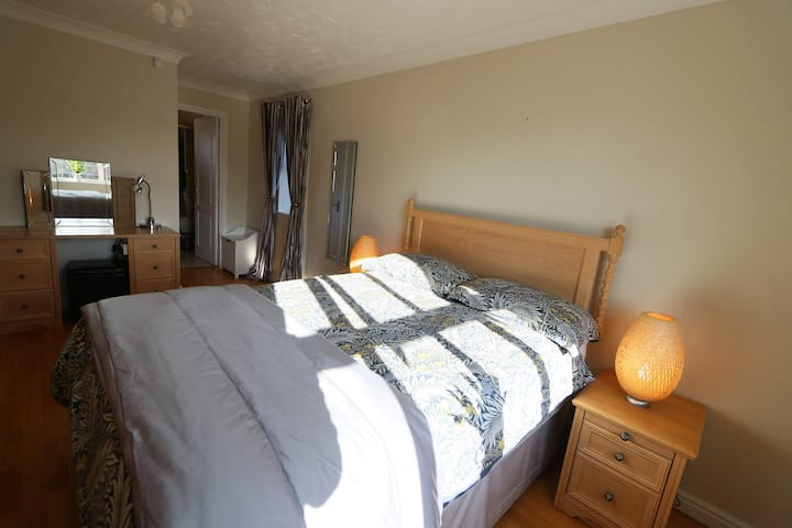 Private Double Room with En-suite near hospital.