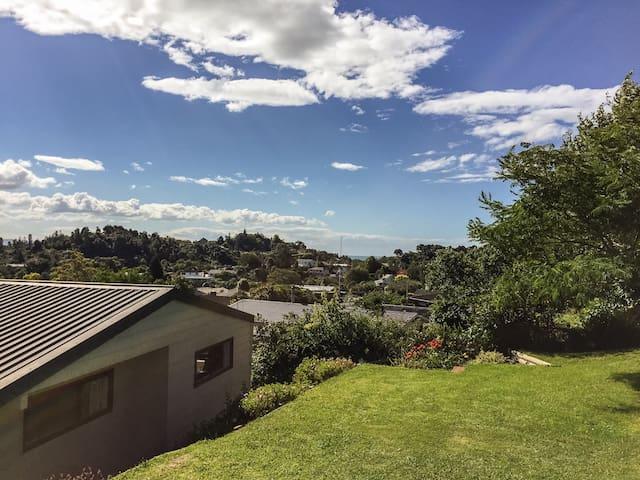 Sunny treetop spot with views - Whakatane - Ev