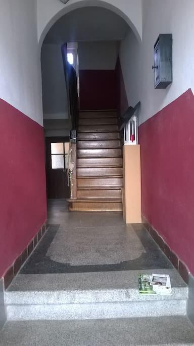 Eingang und dann gleich links...