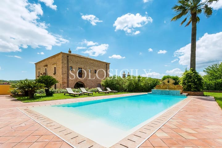 Villa with swimming pool and private spa