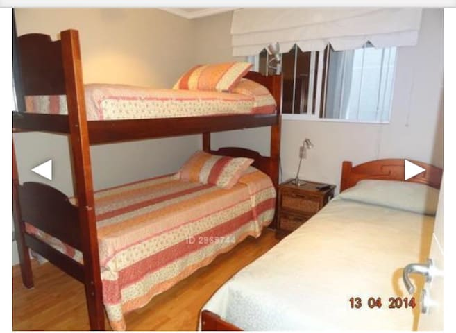 Segundo dormitorio con una cam de una plaza y una litera ( total 3 personas ) más velador y closet .