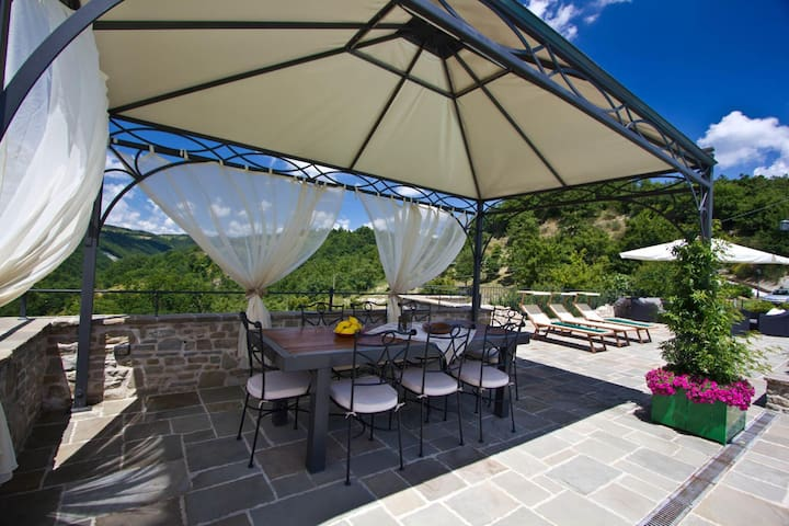 Lovely Villa in Apecchio with Swimming Pool