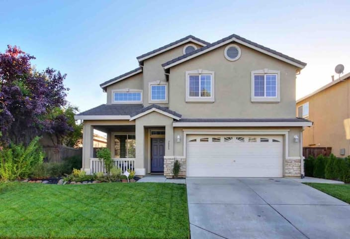 Sweet Big House Near Downtown Airport Sacramento