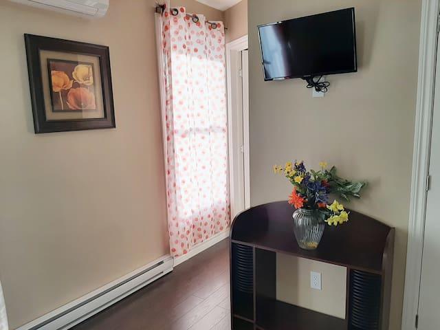 Chaleureux appartement décoré au goût du jour.