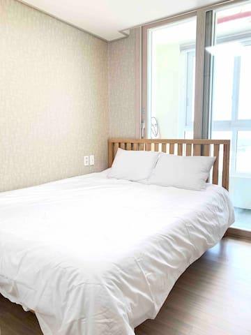 방1 퀸사이즈 침대