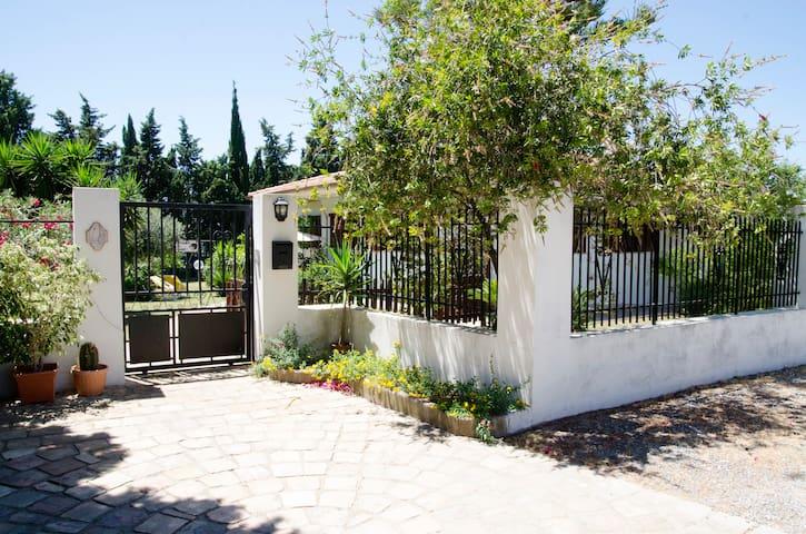Entrata esterna con zona parcheggio esclusiva per gli ospiti