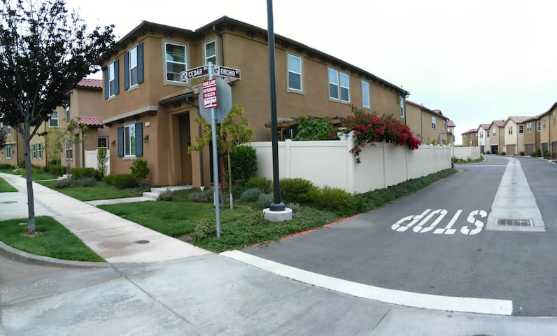 Best location home in the central of LA, - Santa Fe Springs