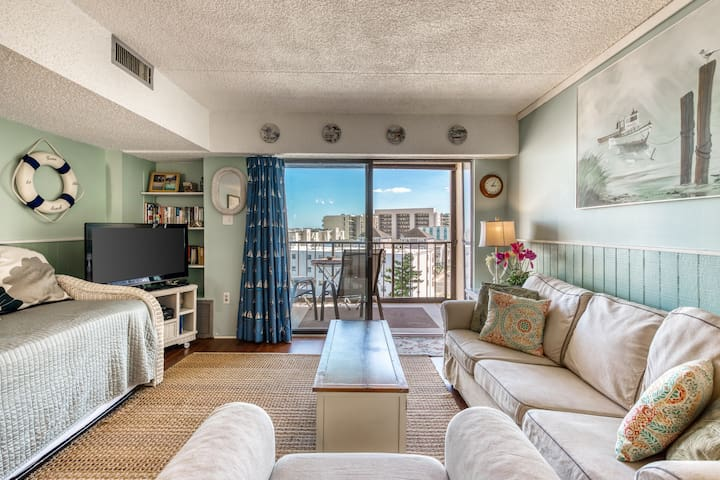 Charming, nautical-themed condo by the beach w/ balcony & shared pool