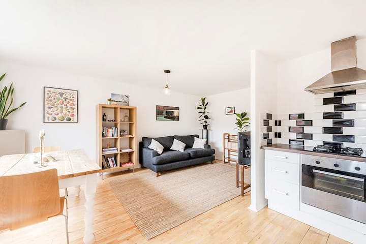 Freshly Decorated Light and Airy Flat in N15