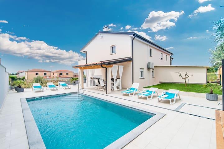 Hermosa villa en Buzinija con piscina