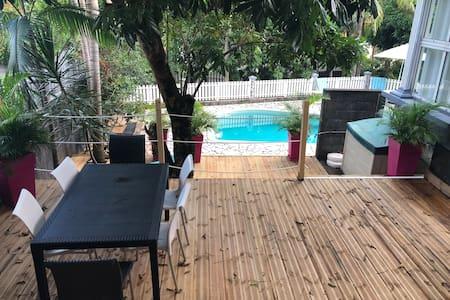 Un Petit chalet climatisé en bord de piscine