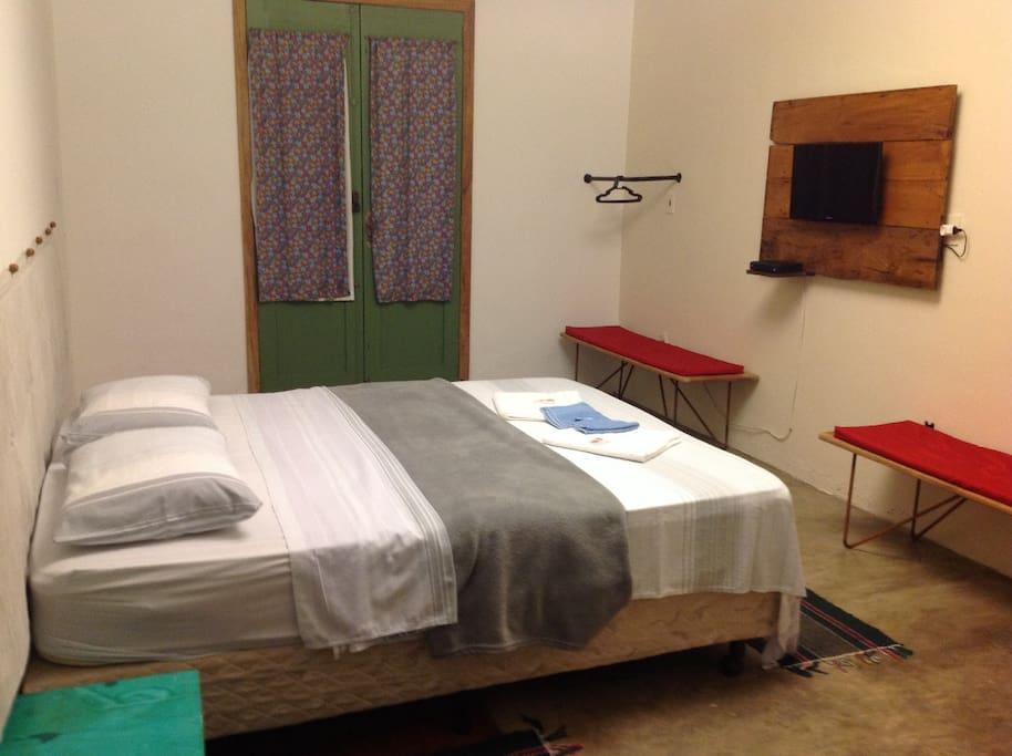 Ampla suite com duas porta e uma delas com saida direto para piscina e a vista para a Serra de São José!  Wifi e tv a cabo!