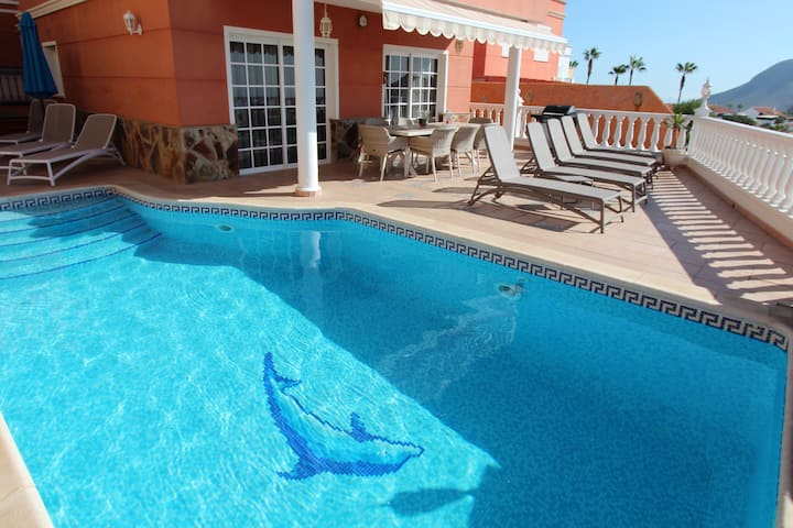 Elegant Villa with heated pool, jacuzzi, sea view