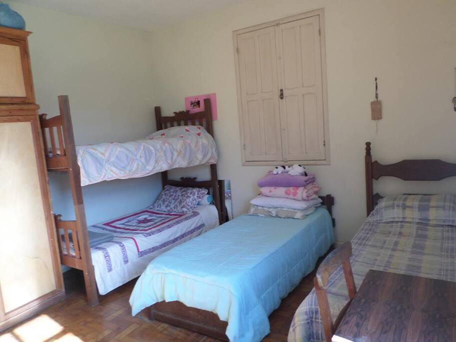 Suíte com duas camas de solteiro e uma beliche