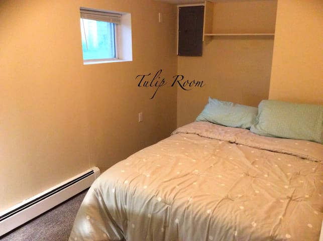 The Sarl's Residence: TULIP ROOM , Cozy & Comfy