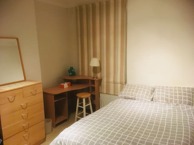 Comfy Double Bedroom Available in West London