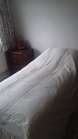 Quiet, comfortable double room with single bed